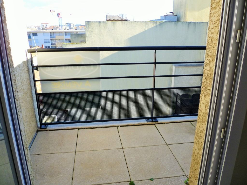 appartement-sete-2-piece-s-28-m2-ascenseur-dernier-etage-traversant-tres-bon-etat-parking-balcons